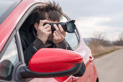 Paparazzi tar fotoet med kameran från bilen Royaltyfri Foto