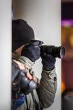 Paparazzifotografnederlag och tabilder bland byggnad royaltyfri foto