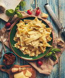 Papardelle włoski makaron z świeżymi czereśniowymi pomidorami i basilem Zdjęcie Stock