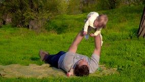 Papaspelen met zijn dochter in het park stock video