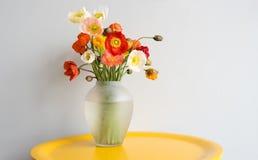 Fiori rossi dei papaveri in vaso di vetro illustrazione vettoriale immagine 45956927 - Un ampolla sulla tavola ...