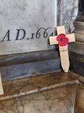Papavero di ricordo sulla croce trasversale in chiesa Fotografia Stock Libera da Diritti