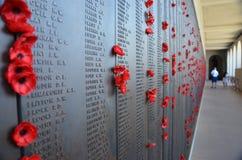 Papavers verlaten door bezoekers aan het Australische Oorlogsgedenkteken Stock Fotografie