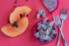 Papaya και pitaya στο ρόδινο υπόβαθρο στοκ φωτογραφίες