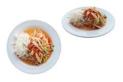 Papaya σαλάτα που τρώεται γενικά με τα νουντλς απομονωμένος στο άσπρο υπόβαθρο με το ψαλίδισμα της πορείας στοκ εικόνα με δικαίωμα ελεύθερης χρήσης