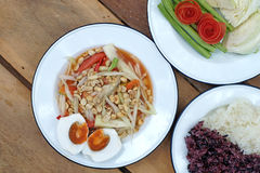 Papaya σαλάτα ή SOM -SOM-tam με το κολλώδη ρύζι και το λαχανικό Στοκ Εικόνες