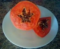 Papaya σε ένα άσπρο πιάτο Στοκ Φωτογραφία