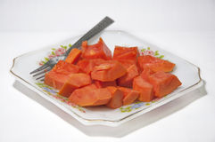 Papaya φρούτα στο πιάτο στο άσπρο υπόβαθρο Στοκ φωτογραφία με δικαίωμα ελεύθερης χρήσης