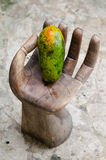Papaya, χέρι, φέτα, τροπικά φρούτα, θάλασσα, άμμος στοκ εικόνες