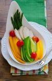 Papaya, aguacate, espárrago, tomates de cereza y ensalada de la pechuga de pollo Fotografía de archivo libre de regalías