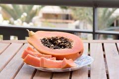 Papaya auf einer Platte Stockbilder
