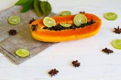Papaya dulce con una cal Fotos de archivo