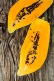 Papaya en el tablero de madera Imagen de archivo