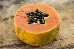 Papaya fresca cortada en fondo de madera Imágenes de archivo libres de regalías
