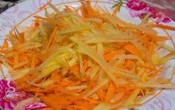 Papaya-Linie wurden gehackt, um einen Papaya-Salat zuzubereiten Stockfoto