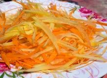 Papaya-Linie wurden gehackt, um einen Papaya-Salat zuzubereiten Lizenzfreies Stockfoto