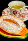 Papaya med havrekli och en kopp te i bakgrunden arkivbild