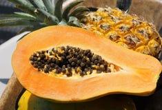Papaya och frukt på plattan royaltyfri bild