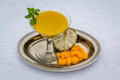 Papaya- och vaniljsåsäpplekräm arkivfoton