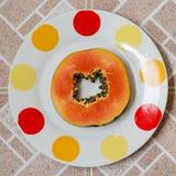 Papaya på plattafyrkant Royaltyfria Bilder