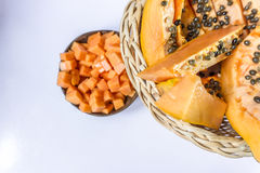 Papaya/Papaya im Stockobstkorb auf weißem Hintergrund Lizenzfreie Stockfotografie