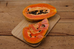 papaya Reife Papaya auf hölzernem Hintergrund lizenzfreie stockfotografie