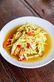 Papaya-Salat auf hölzerner Tabelle, thailändisches Küche Som Tam ein berühmtes thailändisches f Stockbilder