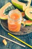 Papaya Smoothie im Glasgefäß Stockfoto