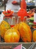 Papaya som säljer i södra Indien, South Asia arkivbild