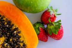 Papaya, strawberrt y manzana cutted mezclados del woth de las frutas Fotos de archivo