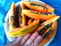 Papaya y pasos del corte Foto de archivo
