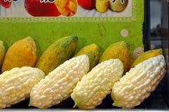 Papayaen för balsampäronet bär frukt gul gräsplan royaltyfria bilder