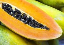 Papayaen med kärnar ur Arkivfoto