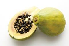 Papayaen (pawpaw) bär frukt halverat och helt, närbild royaltyfri foto