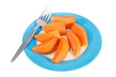 Papayafrucht in der blauen Diskette mit weißem Hintergrund stockfotografie