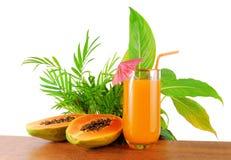Papayafrukt och exponeringsglas av fruktsaft Arkivfoton