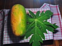 Papayafrukt som isoleras p? svart bakgrund fotografering för bildbyråer