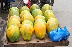 Papayas in einem Warenkorb Stockbilder