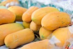 Papayas maduras para la venta Fotos de archivo libres de regalías