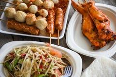 Papayasalat grillte Hühnerflügel und Fleischball mit dem klebrigen Reis, der auf thailändischer Artnahrung der Platte gedient wur stockbilder