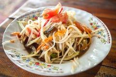 Papayasalat heißes würziges Som Tam auf einer Platte Thailand Stockbild