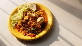 Papayasalat mit Zuckermais und gesalzenem Ei stockfoto