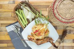 Papayasallad, stelnad höna och klibbiga ris arkivfoton