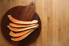 Papayaskivor på bästa sikt för träbakgrund royaltyfria bilder