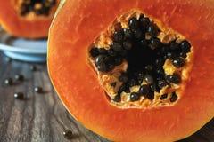 Papayaslut upp på ett köksbord royaltyfri fotografi