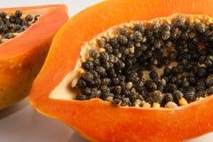 Papaye coupée dans la moitié sur le fond blanc Image stock