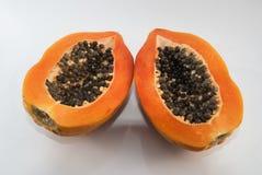 Papaye coupée dans la moitié sur le fond blanc Image libre de droits
