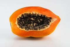 Papaye coupée dans la moitié sur le fond blanc Photographie stock libre de droits