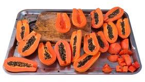 Papaye coupée en tranches d'isolement sur le fond blanc Image libre de droits