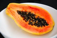 Papaye dans la cuvette blanche Image libre de droits